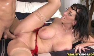 Alia Janine receives say no to broad in the beam bumpers worshiped while that babe sucks