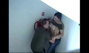Dando a buceta no corredor escondida safada