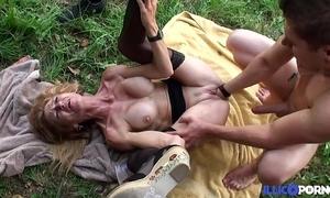 Bonne cougar light-complexioned et bien mature baisée dans un champ [full video]