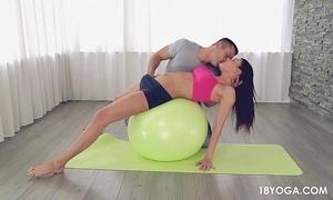 Gostosa e safada de shortinho no yoga, acaba em sexo!